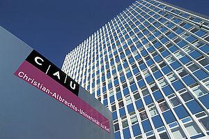 Universitätshochhaus und Portalbeschriftung der CAU