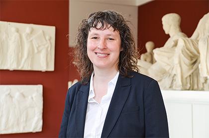 Prof Haug in der Kieler Antikensammlung der Christian-Albrechts-Universität zu Kiel
